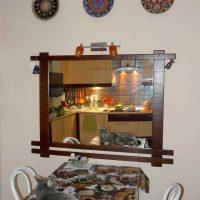 version du style original de la chambre avec des assiettes décoratives sur le mur