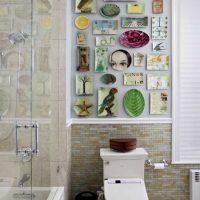 idée de design moderne d'une salle avec des assiettes décoratives sur le mur photo