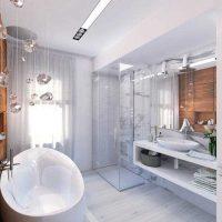 ideja par spilgtu vannas istabas dizainu dzīvokļa fotoattēlā