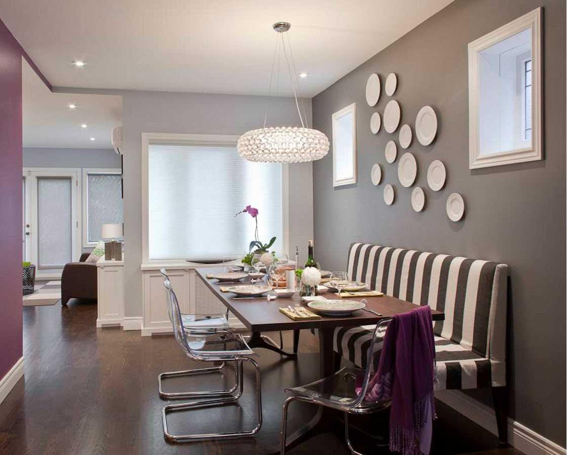 l'idée d'un design inhabituel d'une chambre avec des assiettes décoratives sur le mur