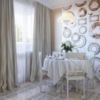 l'idée de l'intérieur original de la pièce avec des assiettes décoratives au mur