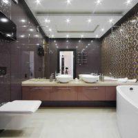 ideja par neparastu interjera vannas istabu dzīvokļa attēlā