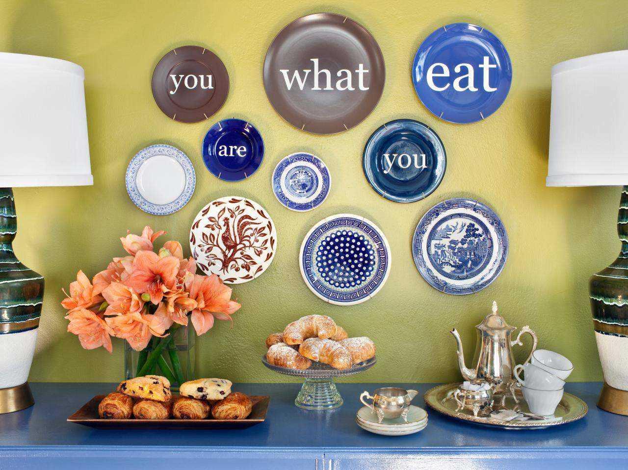 version de la conception originale de l'appartement avec des assiettes décoratives sur le mur