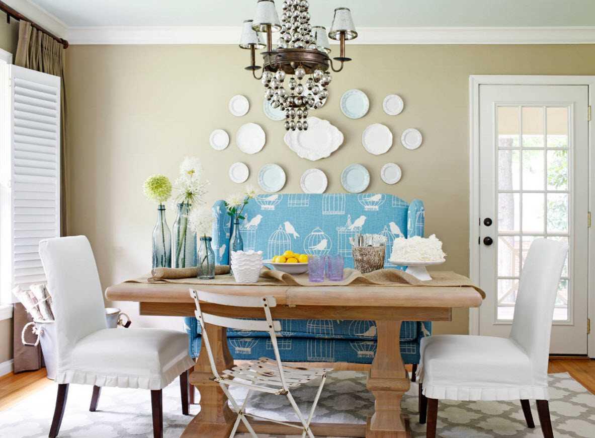 idée d'une salle de style moderne avec des assiettes décoratives sur le mur