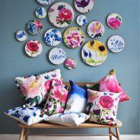 l'idée du design original de la chambre à coucher avec des assiettes décoratives sur le mur photo