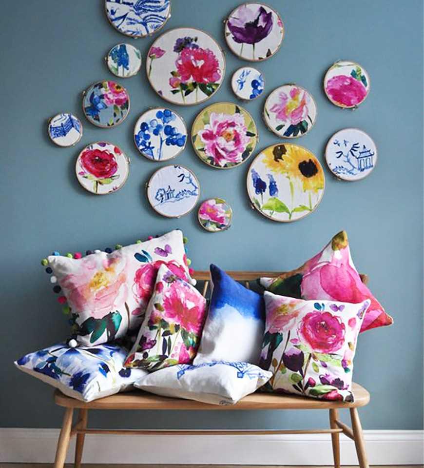variante du design original de la chambre à coucher avec des assiettes décoratives au mur