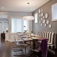 l'idée d'un appartement intérieur lumineux avec des assiettes décoratives sur le mur photo