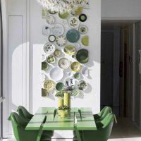 idée d'un design inhabituel d'un salon avec des assiettes décoratives sur le mur photo