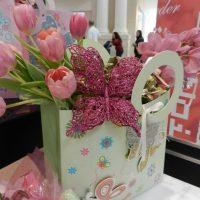 ideja par skaistu priekšmetu dekorēšanu 8. marta attēlam