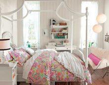 idée d'un décor de chambre en couleur pour une photo de fille