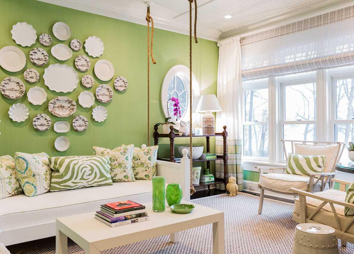 l'idée d'un design inhabituel d'une pièce avec des assiettes décoratives au mur
