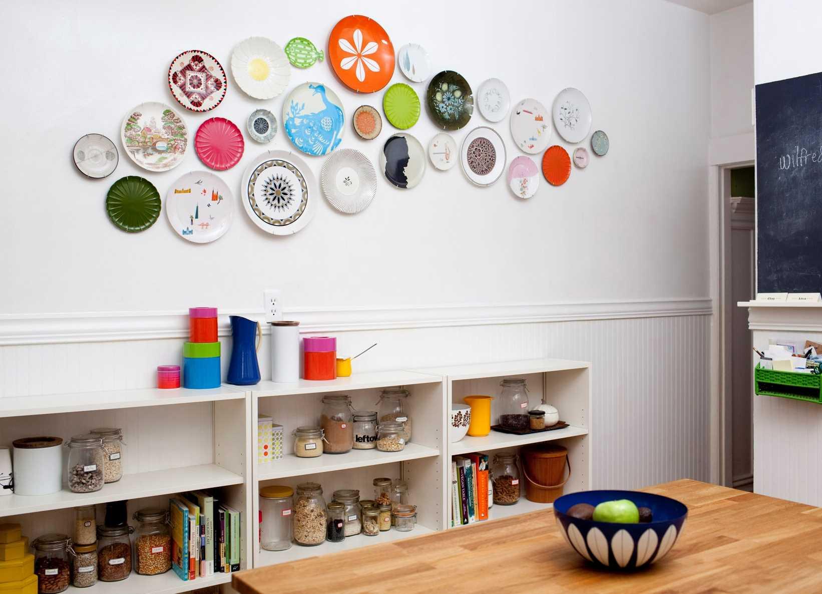 variante du style lumineux de la chambre à coucher avec des assiettes décoratives au mur