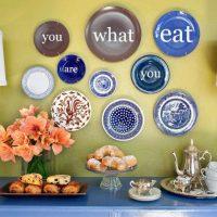 idée d'un style inhabituel d'un salon avec des assiettes décoratives sur le mur photo