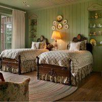 variante du design lumineux de la chambre à coucher avec des assiettes décoratives sur le mur photo