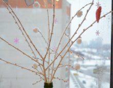 oriģinālā vāzes dekorācijas versija ar dekoratīviem ziediem