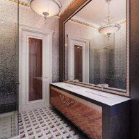 oriģinālā vannas istabas dizaina versija dzīvokļa fotoattēlā