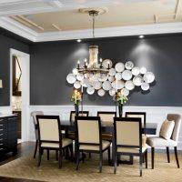 l'idée d'une belle salle de décoration avec des assiettes décoratives sur le mur photo