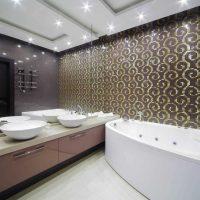 skaistā vannas istabas stila versija dzīvokļa fotoattēlā
