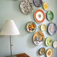 version du design inhabituel de la chambre avec des assiettes décoratives sur le mur photo