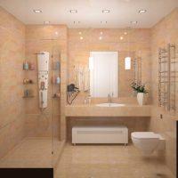 ideja par spilgtu vannas istabas dizainu dzīvokļa attēlā