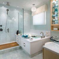 ideja par gaiša interjera vannas istabu dzīvokļa attēlā