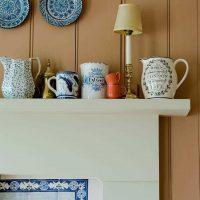 l'idée de l'intérieur original de l'appartement avec des assiettes décoratives sur le mur photo
