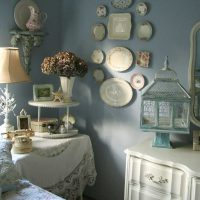 version du style inhabituel du salon avec des assiettes décoratives sur le mur photo