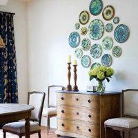 l'idée d'un appartement lumineux avec des assiettes décoratives sur le mur photo
