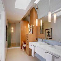 vannas istabas gaišā interjera versija dzīvokļa fotoattēlā