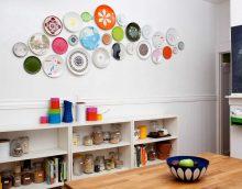 l'idée d'un salon joliment décoré avec des assiettes décoratives sur le mur photo