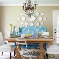 version du design moderne de la salle avec des assiettes décoratives sur le mur