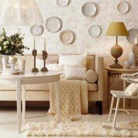 variante du style lumineux du salon avec des assiettes décoratives au mur