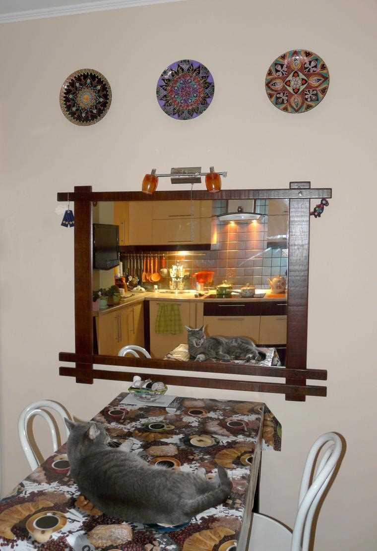 l'idée du design original de la chambre à coucher avec des assiettes décoratives au mur