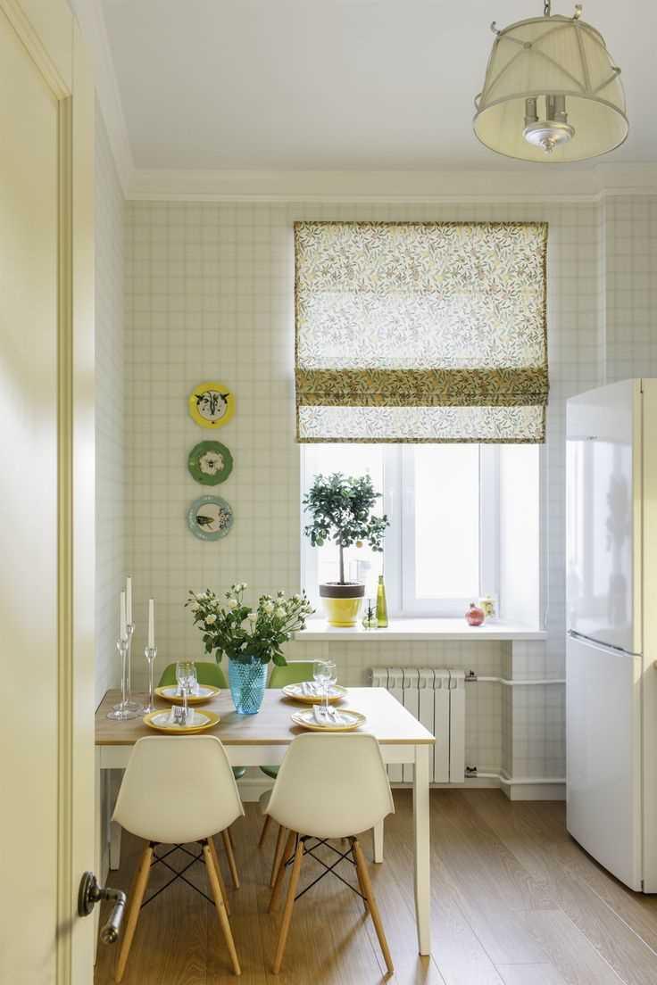 variante du design inhabituel de l'appartement avec des assiettes décoratives sur le mur