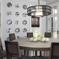 idée d'une belle pièce intérieure avec des assiettes décoratives sur le mur photo
