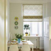 l'idée de la conception originale de l'appartement avec des assiettes décoratives sur le mur photo