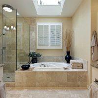 vannas istabas gaišā stila versija dzīvokļa attēlā