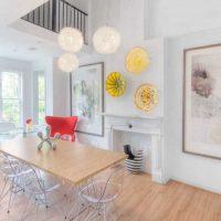 variante du design lumineux du salon avec des assiettes décoratives sur le mur photo