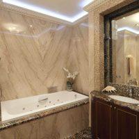 ideja par neparastu vannas istabas dizainu 6 kv.m fotoattēlā