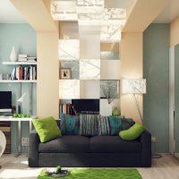 Dzīvojamās istabas spilgta dizaina piemērs 16 kvadrātmetru attēlā