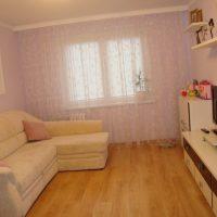 Dzīvojamās istabas gaišā interjera piemērs 16 kvadrātmetru attēlā