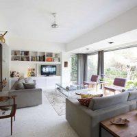 moderna dzīvokļa skaista interjera versija ar 65 kv.m attēlu