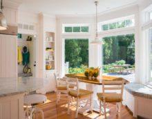 virtuve ar lauru logu