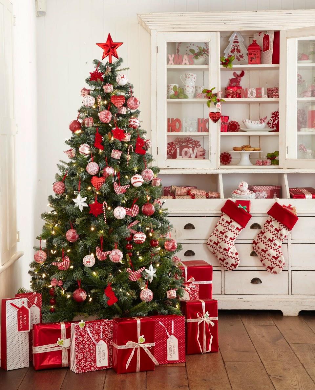 koks ar dāvanām
