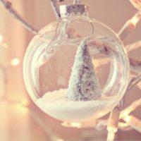 stikla bumba uz Ziemassvētku eglītes