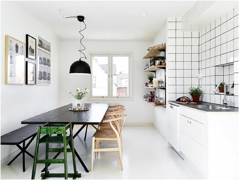 aménagement de la cuisine avec un conduit de ventilation