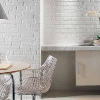 cuisine blanche avec conduit de ventilation