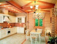 Un exemple de style de cuisine lumineux dans une maison en bois