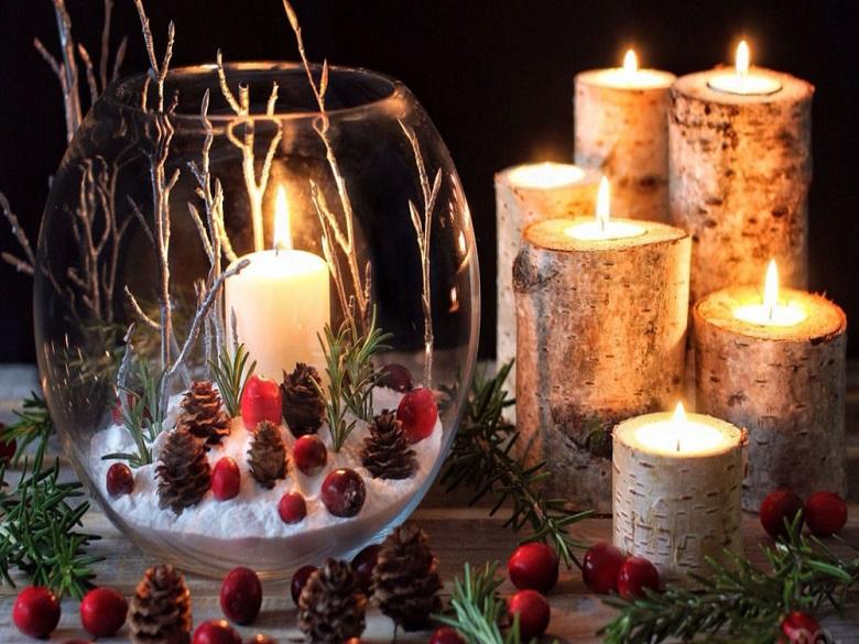 vāzes ar dekoriem un svecēm