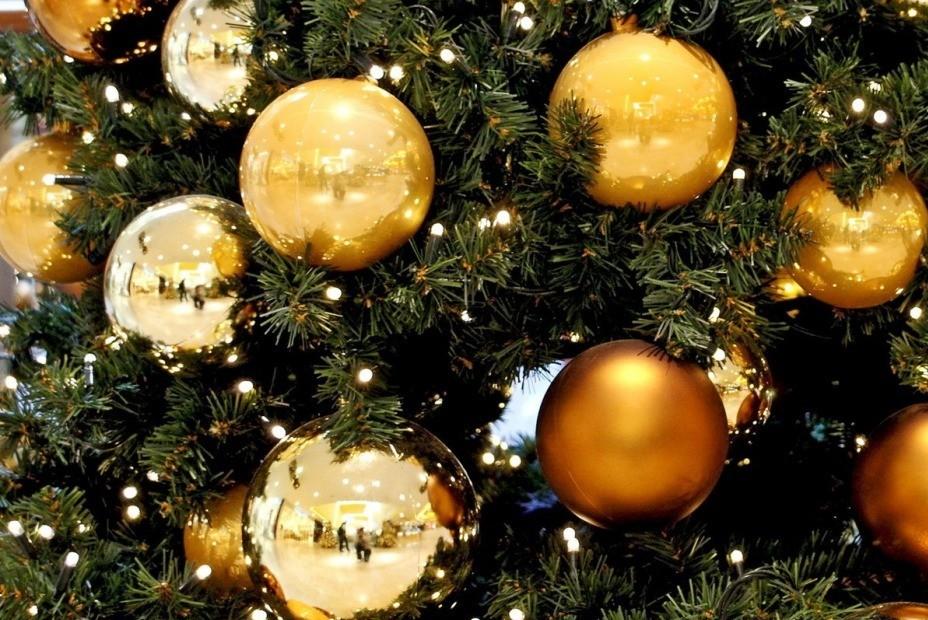 zelta Ziemassvētku bumbiņas